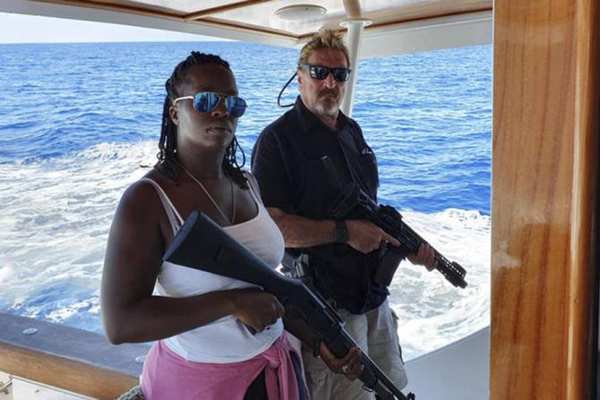 John McAfee împreună cu soția sa, la bordul iahtului lor