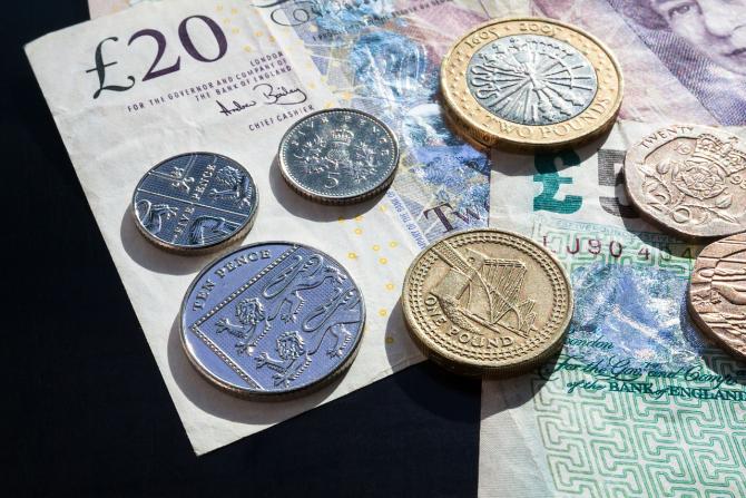 Lira sperlină ar putea ajunge la paritate cu dolarul