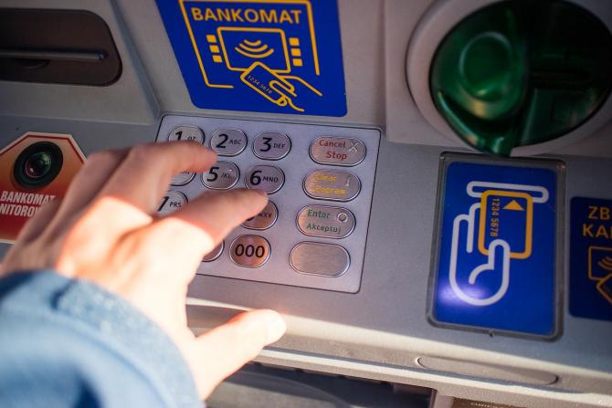 Trebuie să fim foarte atenți atunci când utilizăm un ATM