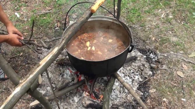 Tacanul de oamie sau tocana de oaie se pregătește în Gorj
