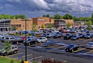 Familia Walton, deținătoarea lanațului Walmart, este cea mai bogată din SUA