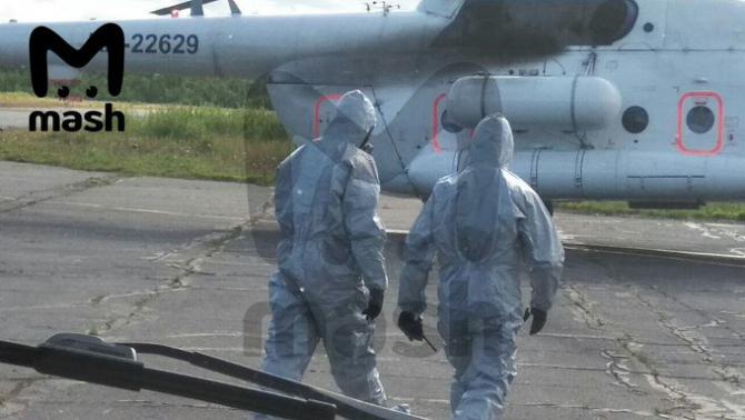 Medici îmbrăcați în costume de protecție speciale