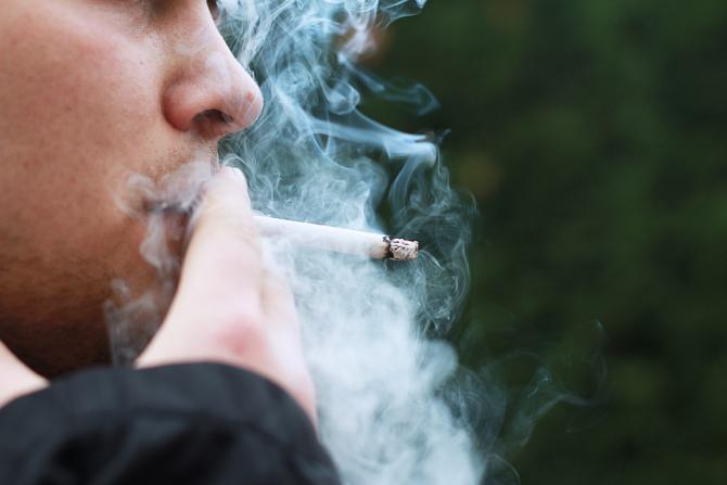 Covid-19: Autoritățile au INTERZIS fumatul pe stradă în această regiune