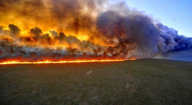 Între timp, focul înghite alte și alte hectare de pădure