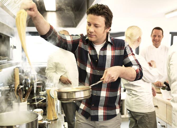Jamie Oliver dă vina pe Brexit pentru falimentul restaurantelor sale