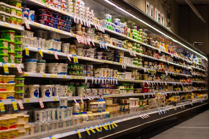 Uniunea Europeană ar trebui să ia măsuri pentru a-i sprijini pe producătorii de lactate