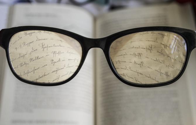 Cei cu prezbitism vor putea folosi o singură pereche de ochelari