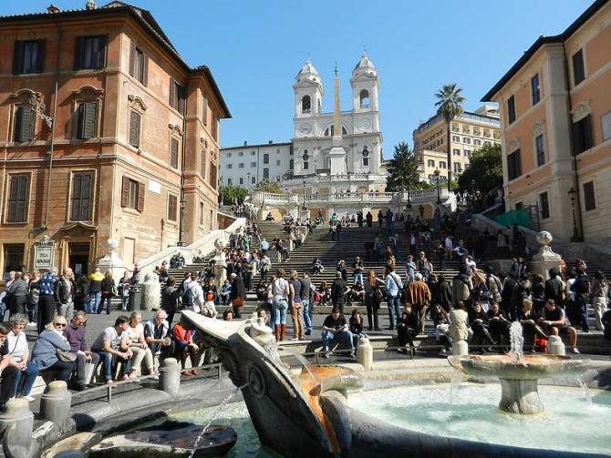 Turiștii nu mai au voie să se așeze pe trepte