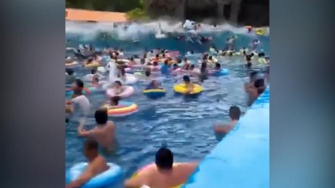 Valul uriaș a luat înotătorii prin surprindere