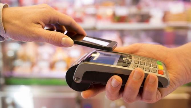 Plată cu telefonul mobil pentru clienții Reiffeisen