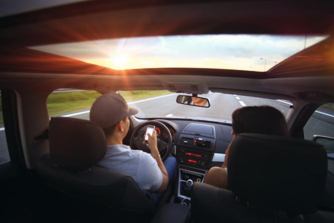 Soferii care folosesc dispozitivele mobile in timpul condusului vor fi sanctionati