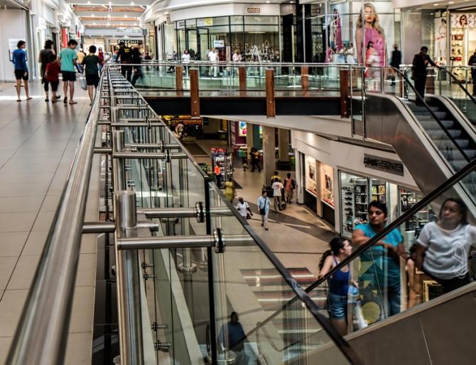 Cele două luni în care magazinele nealimentare din centrele comerciale au fost închise au produs comercianţilor pierderi considerabile care riscă să devină irecuperabile