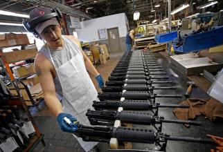 Colt suspendă fabricarea armelor de asalt