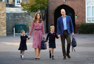 Printii Charlotte și George merg la școală impreună cu părinții lor