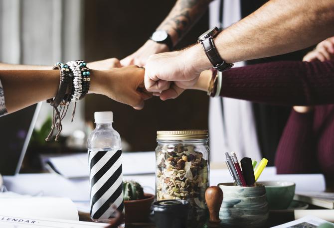 Ce trebuie să știi dacă deschizi o afacere cu un asociat