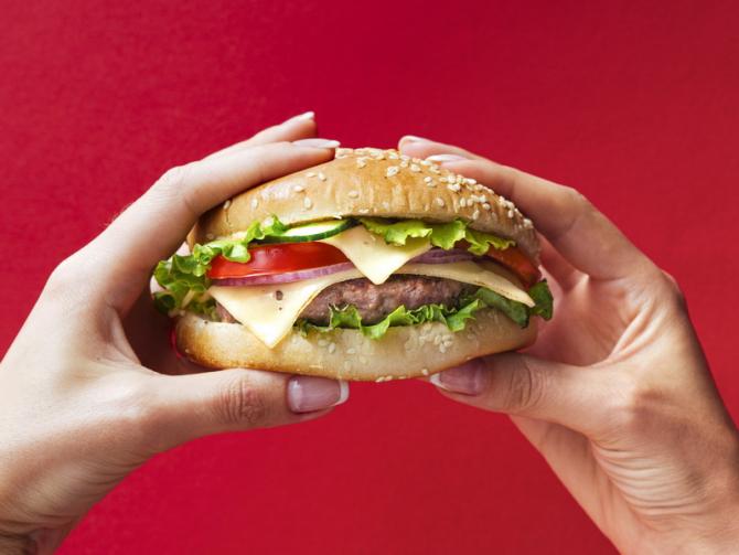 Carnea dintr-un hamburger este cea mai poluantă