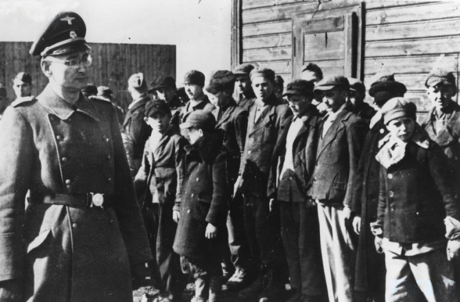Ofițer german in fața copiilor polinezi dintr-un lagăr de concentrare