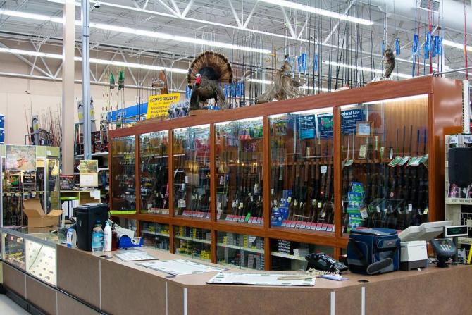 Walmart renunță să mai vândă muniție pentru arme semiautomate