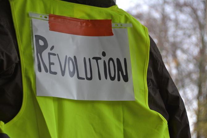 """Poliţia franceză luptă contra """"Vestelor galbene"""""""
