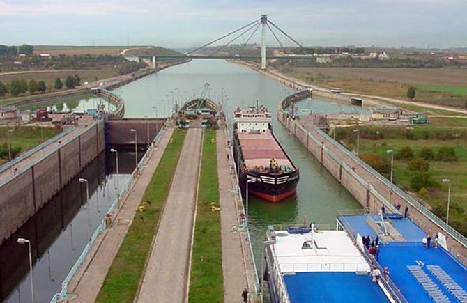 Ecluză a canalului Dunăre-Marea Neagră