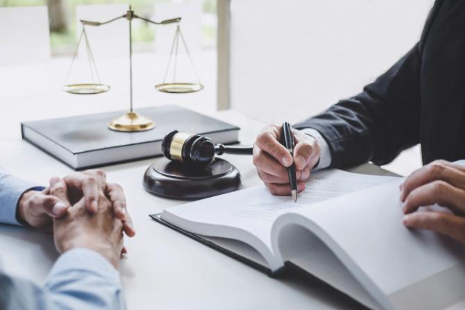 Clienții unui avocat de drept comercial pot fi persoane fizice, societăți comerciale