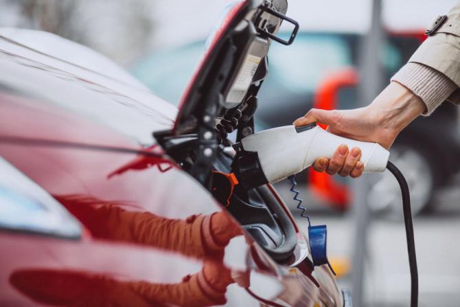Primăriile pot depune cereri de finanţare pentru staţii de reîncărcare pentru vehicule electrice
