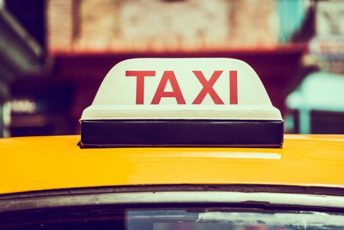 Primăria Capitalei vrea ca toate firmele autorizate de taxi să fie obligate să dețină cel puțin o mașină adaptată pentru transportul persoanelor cu handicap