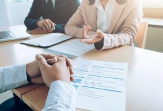 Şase din zece angajaţi spun că schimbarea locului de muncă se află printre primele trei cele mai importante priorităţi pentru acest an.
