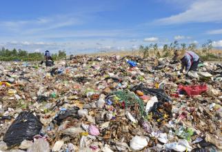 Transporturile de deşeuri care intră în România, pentru tranzit sau ca materie primă pentru industria reciclării, vor fi deschise şi controlate la vamă