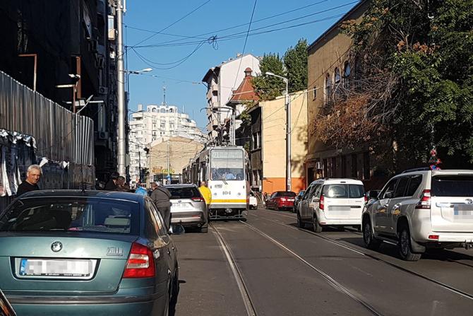 Mai multe tramvaie, în trafic