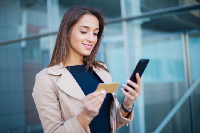 Banca Comercială Română oferă clienților săi, începând de marți, Apple Pay