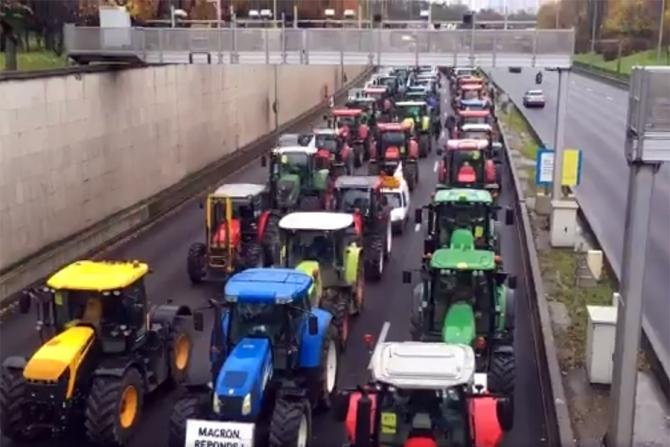 Fermierii francezi au praralizat circulația în Paris și Lyon