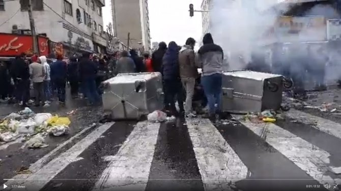 Protestatarii au dat foc la cauciucuri