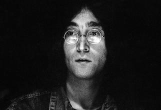 O pereche de ochelari de soare cu lentile rotunde care au aparţinut cântăreţului John Lennon