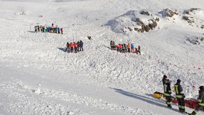 Salvatorii caută supraviețuitori după avalanșă