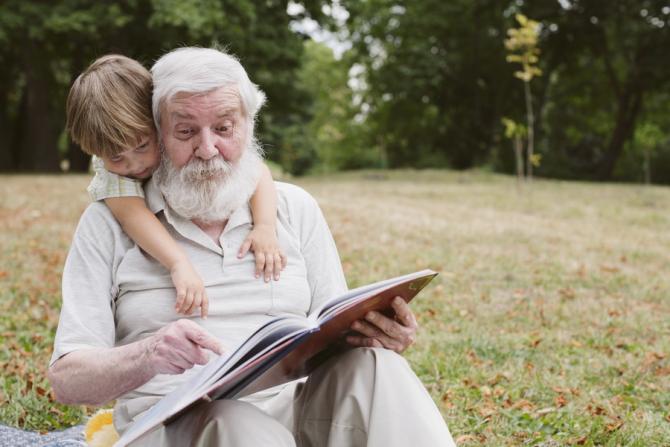 Bunicii primesc bani ca sa aibă grijă de nepoți
