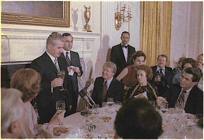 Soții Ceaușescu petreceau în familie trecerea dintre ani.