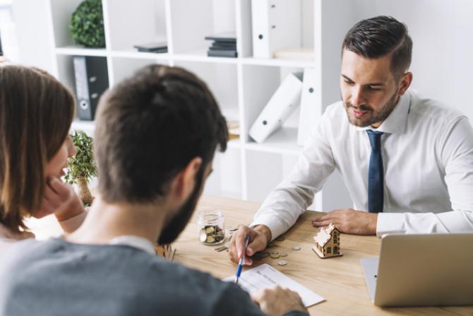 Persoanele care vor să vândă asigurări în numele unei companii, o pot face chiar dacă n-au obținut o diplomă de bacalaureat