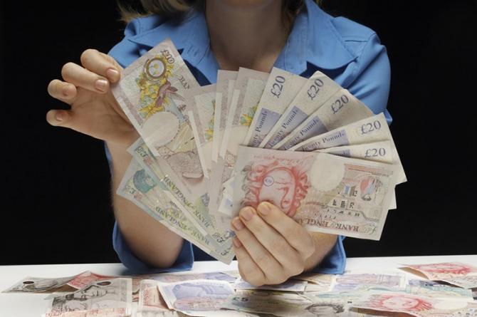 Regatul Unit trebuie să reducă salariul minim pentru imigranţi la 25.600 de lire anual pentru a sprijini ocuparea locurilor de muncă după Brexit