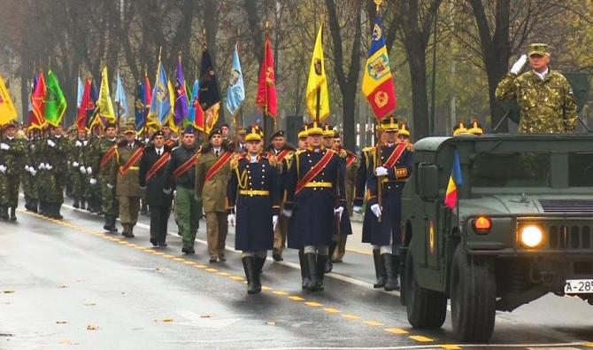 Un ofițer decorat cu medalie NATO