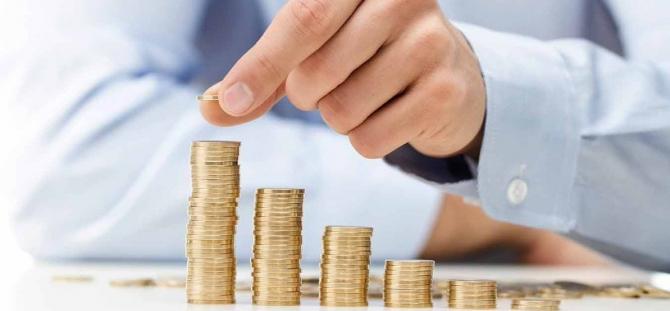 Cel mai mare salariu mediu net s-a înregistrat în activităţi de servicii în tehnologia informaţiei (inclusiv activităţi de servicii informatice) - 8.047 lei) iar cel mai mic în hoteluri şi restaurante - 1.747 lei.