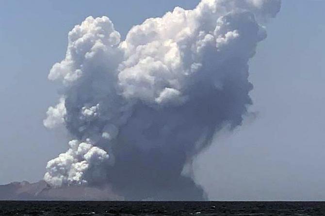 Vulcanul de pe insula Albă a erupt