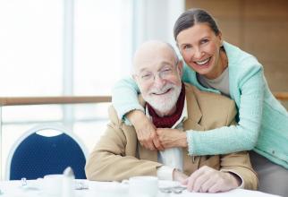 Orice persoană care a realizat un stagiu minim de cotizare de cel puțin 10 ani se poate asigura în sistemul public de pensii