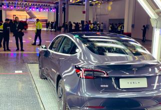 Fabrica Tesla din China începe să livreze primele mașini