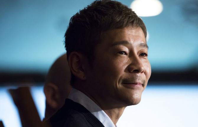 Maezawa, fondator al platformei de vânzări online de articole vestimentare şi accesorii Zozo, a fost ales în octombrie 2018 pentru a deveni primul turist spaţial care va survola Luna