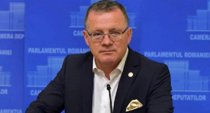 Ministrul Agriculturii şi Dezvoltării Rurale, Adrian Oros, a anunţat, duminică, într-o conferinţă de presă, că urmează să fie reduse 15% din posturile din minister
