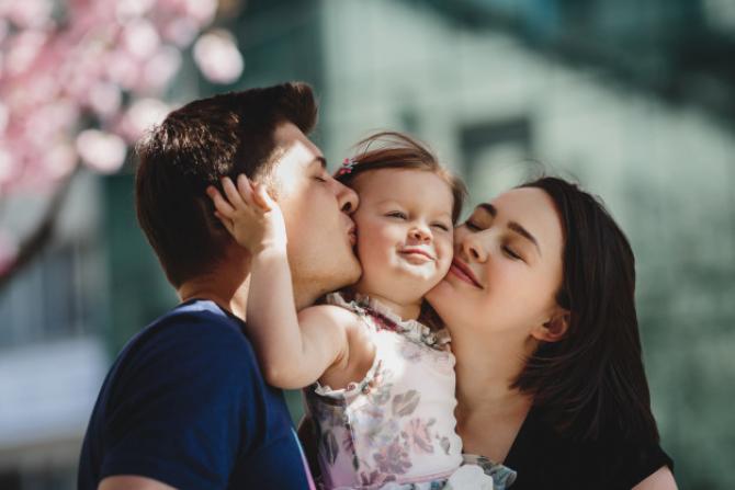 Legea prevede că atât femeile cât și bărbații pot beneficia de concedii și indemnizații pentru creșterea copiilor