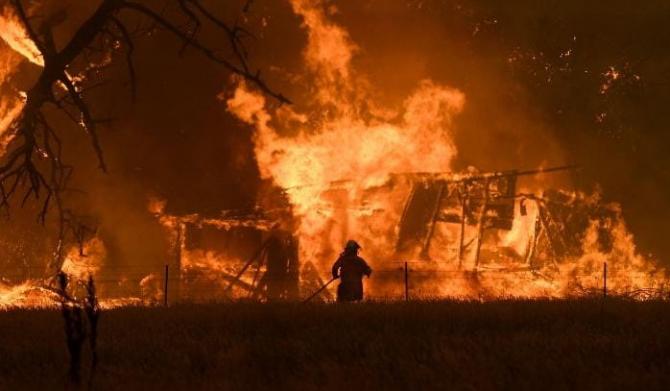 Temperaturile ridicate fac inutile eforturile pompierilor