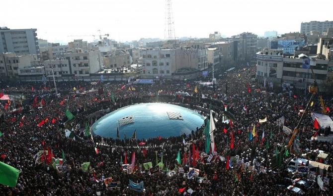 Sute de mii de oameni la Teheran