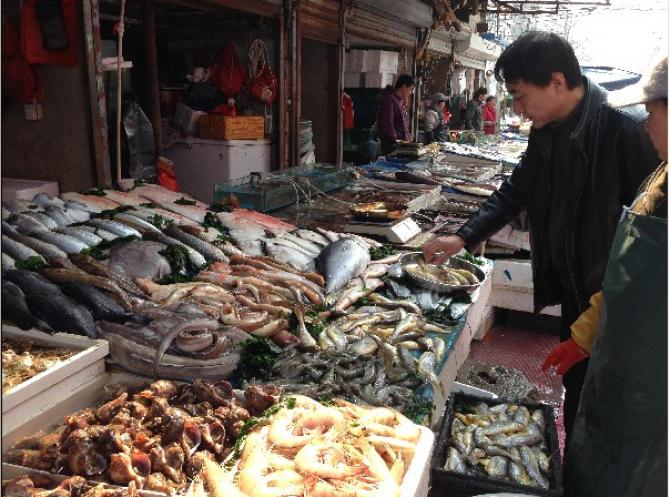 Piața de pește din Wuhan de unde se suspectează că ar fi pornit pandemia de Covid-19